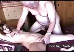 Die süße Angela streichelt sich schweizer sexfilme gratis im Wald